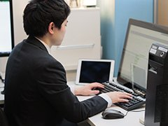 パソコンをする男性の画像