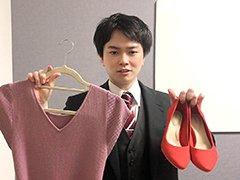 服と靴を持つ男性の画像